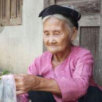 Nằm mơ thấy bà nội đánh con gì may mắn? Điềm báo gì?