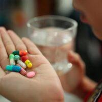 Nằm mơ thấy uống thuốc điềm gì, đánh con số nào?
